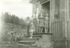 Bild tagen 1955 hemma hos mormor Annéa Andersson. Längst upp på bron står Ronny, Berit o Gudrun. Nedan för står Ivan och Solveig, medan kusinen Kent Lundberg står på backen.  Foto inlämnat av Gudrun Hansson