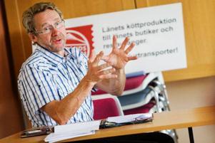 Gunnar Granqvist, vd i hårt ansatta Jämtlandsgården  i Hammerdal, tror att den pågående räddningsaktionen  kommer att lyckas. Foto:   ulrika andersson