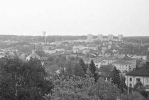 Någon gång under 1950-talet tog någon en bild ut över staden från Torekällberget. Hen stod troligen ganska nära väderkvarnen men hade tydligen ingen riktigt bra kamera för bilden är inte helt skarp. Men den har en pedagogisk fördel för vi kan se hur relativt obebyggt stadslandskapet var.