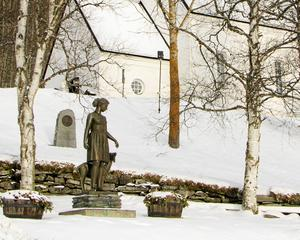 Vid kyrkan i Funäsdalen återfinns Emil Näsvalls skulptur