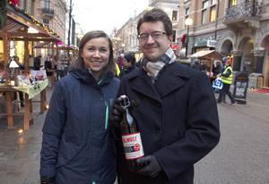 Malin och Martin Marklund vann en flaska julmust på sin lott.