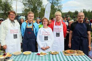 Lokala politiker deltog i mässan, bland annat i en utfrågning på lördagen. Här är det tävling i matlagning på Trangiakök. Anders Häggkvist (C), Victor Eriksson (M), Gunilla Zetterström Bäcke (S) och Gunnar Sandberg (S) riksdagsledamot från Jämtland, kämpade tappert men det var Lars Nelson som tog hem segern.