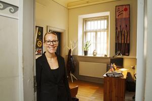 Sara Eriksson, ABF Gävleborg, visar upp sitt nya kontorsrum i gamla fängelset.