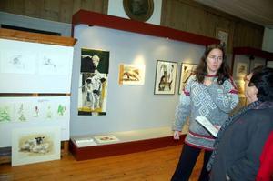 Konstnärerna Magdalena Brunzell och Inger Hellsten diskuterar något de båda gillar – fjällkor.