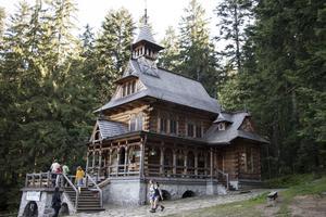Vacker träkyrka i typisk stil för trakten, strax utanför Zakopane.