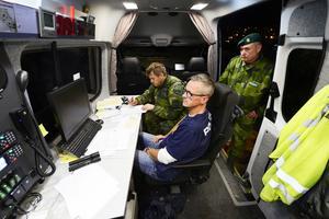 I polisbussen sammanfattar förundersökningledaren hos polisen, Henrik Blusi, kvällens letande tillsammans med mc-föraren, Olof Eriksson, och den militäre insatschefen, Daniel Zetterqvist