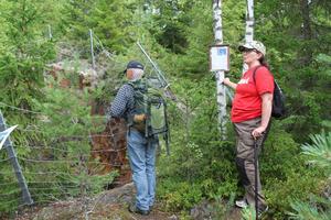 Lena Liljemark berättar om guldrushen i Ljustorp medan Anders Ohlsson studerar gruvan.