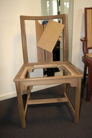 Stol i valnöt. En av Klaessons exklusivare stolar tillverkad i valnötsträ, till en av de 40 svenska ambassader som Klaessons tillverkade möbler till.