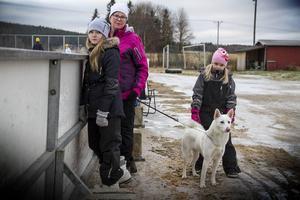 Elin och Agnes Elverstig följde matchen tillsammans med Tina Näslund och älghuden Essy.
