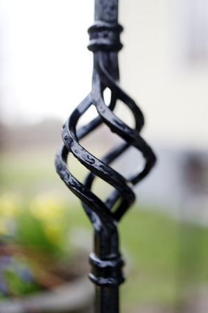 Trappräckena och vimpeln på skorstenen är tillverkade av parets måg Rikard Larsson, som driver företaget Trollsmedjan.