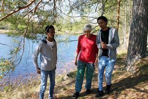 Marga Boustedt visar runt på den natursköna Kolhusudden i Svabensverk.