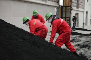 Greenpeace dumpar brunkol utanför Rosenbad i protest mot Vattenfall.