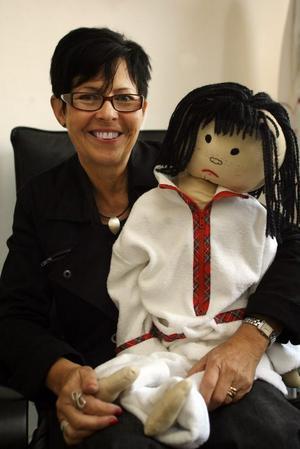 """TONÅRSDRÖM. Mait Blombergs tonårsdröm blev verklighet för sju år sen då hon startade företaget Maiterry, som säljer frottékläder (terry = frotté på engelska) för vuxna och barn. """"Dockorna sydde min dotter Petra när hon var nio år"""", berättar Mait, som använder de gamla tygdockorna som """"skyltdockor""""."""
