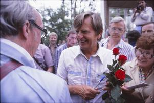 Olof Palme efter ett tal i Badhusparken i Östersund, den 6 augusti 1982.