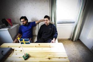 Ahmed Jaafar och Imad Ibrahim lever ett bra liv i Rossön.– Människor i Rossön är alltid mina vänner och röda korset är jättebra. Det enda dåliga är busstransporterna. Det är ett problem att bussen mellan Rossön och Strömsund går så sällan.Foto: Susanne Kvarnlöf