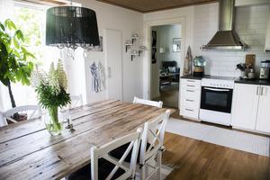 Bordet har Eleni Apostolakis gjort själv av brädor från en gammal lada.