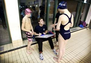 Simtränaren Hugo Portin instruerar William Borg och de andra barnen.