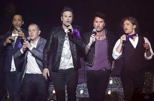 Sång till damerna. Stephen Simmonds, Måns Möller, Martin Stenmarck, Brolle Jr och Andreas Johnson inför Västeråspubliken.