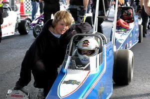 Kristoffer Kadi från Forsa hade med sig mekanikern Albin Stenberg. Kristoffer fick den stora äran att köra i första paret ut på den nya arenan.