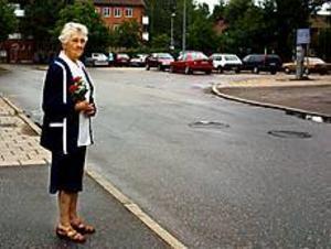Foto: ANDREAS BARDELLMissade begravningen. Astrid Brunn väntade tillsammans med sin syster Aina Westergren, som inte orkade vara med på bilden, förgäves på färdtjänstbilen. De kom aldrig i väg till den nära vännens jordfästning i går.