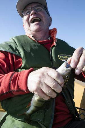 Den gamle kockläraren, Lars Erik Hansen, fick efter fisket visa sina konster med filékniven.