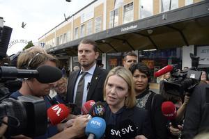 Norges invandrings- och integrationsminister, Sylvi Listhaug från Fremskrittspartiet, talar med journalister på Rinkeby torg under sitt besök i tisdags..