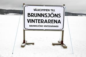 Skylten som välkomnar till Brunnsjöns Vinterarena finns en bit ute på isen.