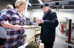 Efter bilkontrollen är det kaffe och bulle som gäller, till höger Jörgen Cleryd.