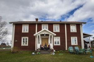 Familjen bor på Jonas släktgård i ett hus från mitten av 1700-talet.