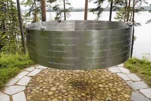 Minnesplatsen på Utöya med namnen på dem som dog där. Foto: Jon Olav Nesvold
