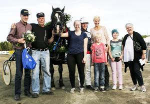 Annelie Lagergren, Ulf Eriksson och Björs Frej med hela ägarklanen efter första V75-segern.