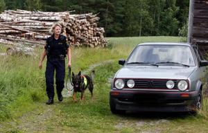 Hundföraren Mimmi Brissler sökte igenom ett stort område med sin hund. Mannens bil stod kvar på gårdsplanen. Foto: Jan Andersson