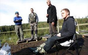 Nu tar fiskeklubben hårdare tag mot tjuvfisket. -- Det verkar vara enda sättet, säger Jocke Höglund, längst till höger, ledamot i styrelsen. Stående från vänster; Bo  Klasson, Tobbe Ohlsso och Kjell Eliasson. FOTO: BONS NISSE ANDERSSON