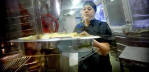 Egen lasagne. Marie Björk tar fram en plåt med den egenhändigt lagade lasagnen, som ska in i ugnen. En av barnens favoriträtter.