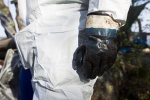 Just nu är 140 oljesanerare i arbete med att ta bort råtallolja.