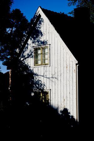 Vitt är populärt men inte så traditionellt i Sverige. Om man önskar ett vackert vitt hus ska man inte välja ett kritvitt. Det smälter inte in i omgivningen. Satsa på bruten vit.