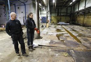 Åse Lagerberg och Åke Norén som jobbar med saneringen på Coor Service Management visar lokalerna på Iggesund Hårdkrom. Karen med kromsyra är nu undanröjda.