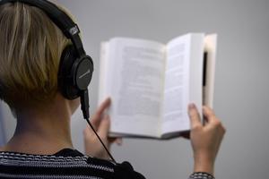 Allt fler böcker har ett soundtrack - det kan handla om allt från en Spotify-lista till specialskrivna låtar. Författaren Åsa Schwarz tror att boksoundtracks är en del av en större trend där gränserna mellan olika medier är på väg att suddas ut.   Foto: Janerik Henriksson/TT