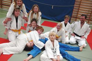 SMIDIG KLUBB. Ånge judoklubb har funnits sedan 2004 och har sin dojo i Ånges gamla missionshus. Flera gånger i veckan tränar medlemmarna i klubben. Fallteknik och olika grepp övas flitigt och tekniken är viktig. För många av de duktiga utövarna är målet är naturligtvis att bli graderad och få ett högre bälte.