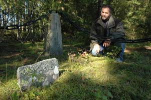 Peter Hansson från Limöns Fritidsby tittar på en av gravarna där en av de omkomna från Fru Margaretha vilar.