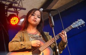 Klara Li från Ånge uppträder på UKM.