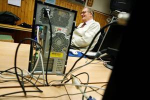 Alf Josefsson hjälper mogna datoranvändare att navigera bland sladdar och andra snårigheter i datorn. I lokalen finns åtta ganska nya datorer och skärmar som NBV har köpt in.
