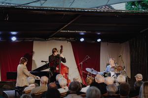 Endast för denna kväll återförenades Jan Lundgrens trio, med Rasmus Kihlberg på trummor och Mattias Svensson på bas.