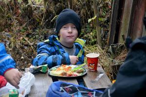 Lunchen intogs självklart ute i naturen denna dag och här är det Pontus som glatt mumsar i sig.