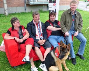 Gunilla Olsson, Peter Nylander, Kicki Fredriksson, Seppo Valli och valpyntade schäferhunden Dorkas spred det socialdemokratiska budskapet från Ragundasossarnas samtalssoffa.
