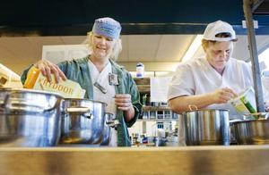 Nästan hälften av sjukhusets patienter kräver en specialanpassad kost. I dag är det kokerskorna Inga-Lill Stenqvist och Inger Andersson ansvarar för dietlunchen.