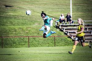 Tabitha Chawinga lobbar in det avslutande 5–2-målet mot Gustafs och fullbordar sitt hat trick.