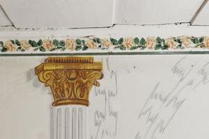 Grekiska kolonner samsas med rosor på väggarna.