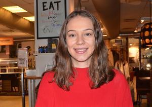 Färgglad tjej. Hallstatjejen Alisa Stevanovic väljer gärna rött när hon besöker sina kunder inom restauranger, barer, kaféer och pubar.