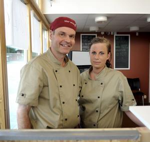 """Sliter i köket. Petter Sandström och Sabina Eriksson räknar med att jobba 16-timmarspass i campingrestaurangen. """"Det blir fullt ös"""", säger Sabina Eriksson."""
